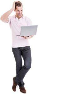 berraschter junger Mann mit Laptop